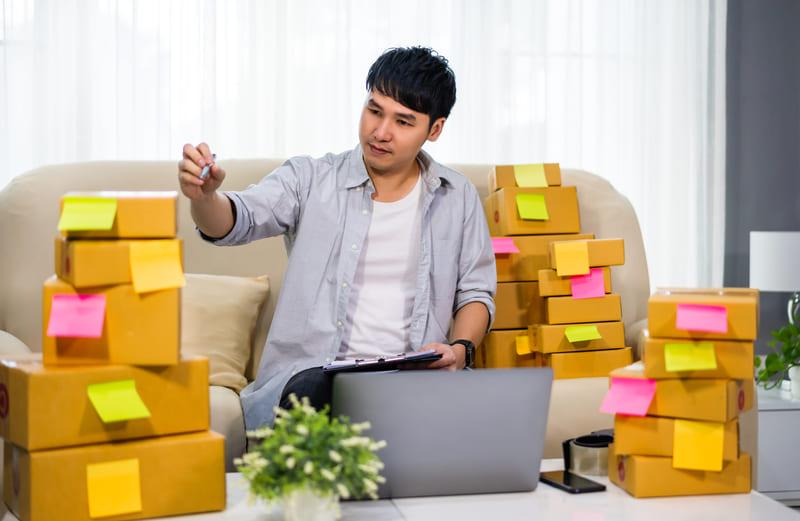 homme qui gère ses stocks e-Commerce