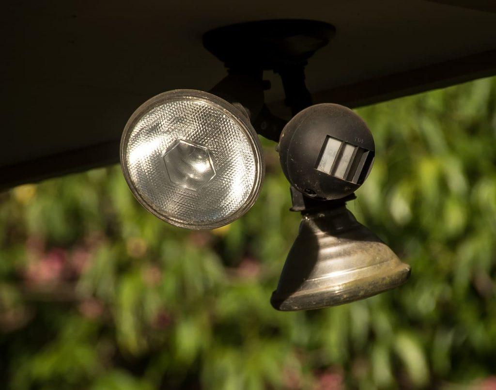 une lampe et un détecteur de mouvements